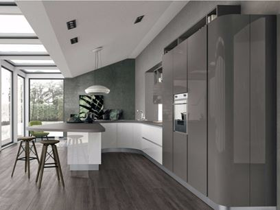 Lacquered fitted kitchen with peninsula